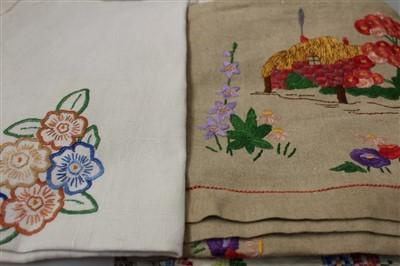 Lot 3085-Quantity of vintage table linens.