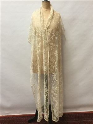 Lot 3059-Antique lace including Limerick lace flounce and wrap, tape lace collar and matching cuffs, plus some lace lengths and trims.