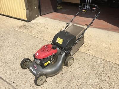 Lot 8-Honda Izy self propelled petrol lawnmower with grass box