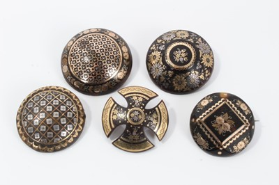 Lot 4-Group of five 19th century tortoishell piqué work brooches various, with floral and lattice work decoration. 32-35mm diameter