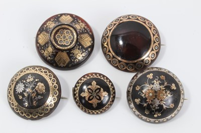Lot 6-Group of five 19th century tortoishell piqué work brooches various, with floral decoration. 20-31mm diameter