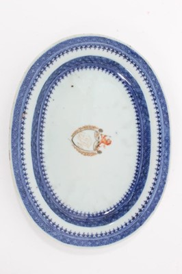 Lot 26 - Small 18th century Chinese armorial porcelain platter/dish, the centre painted in gilt and enamels with a coat of arms, the borders with geometric patterns in underglaze blue, 20cm width