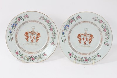 Lot 57 - Pair antique 18th century Chinese Armorial famille rose porcelain plates, the motto reading 'Nobilis Est Ira Leonis', the edges painted with floral sprays, 23cm diameter