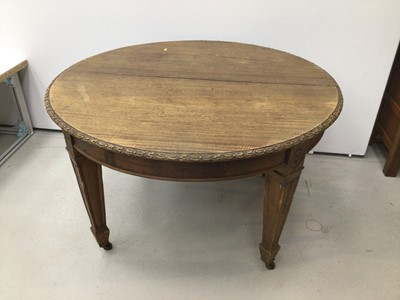 Lot 55 - Early. 20th century mahogany  dining table with extra leaf