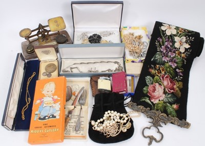 Lot 26 - Box of costume jewellery and bijouterie