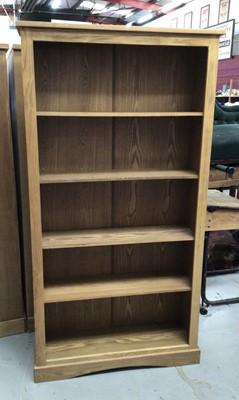 Lot 865 - Contemporary light oak effect bookcase with four shelves H180, W95, D29cm