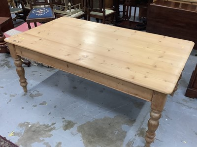 Lot 901 - Victorian pine kitchen table with scrubbed pine top on turned legs